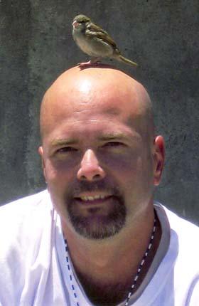 Cardenal,, un pichón recién nacido es el único compañero de celda de Gerardo en la prisión Victorville, California, EE.UU.