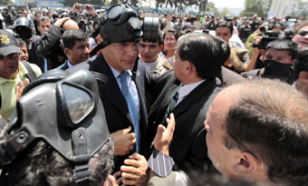 El presidente Correa fue atacado con gases lacrimógenos