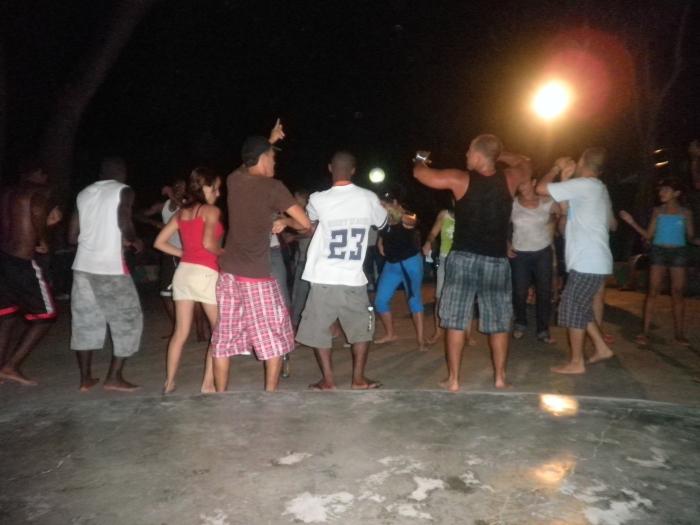En la noche se reúnen muchos campistas para bailar en la pista