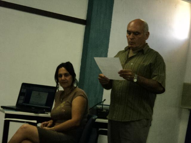 Mi tutor, el doctor Justo Luis Pereda lee el informe de tutoría