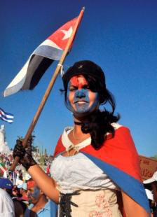 joven cubana muestra su amor a la patria
