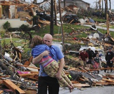 Obama decide pasear con su esposa mientras en Missouri murieron 89 personas y más de 2. 000 viviendas quedaron reducidas a escombros por un fuerte tornado