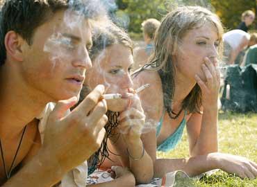 Chico adolescente fumando mal