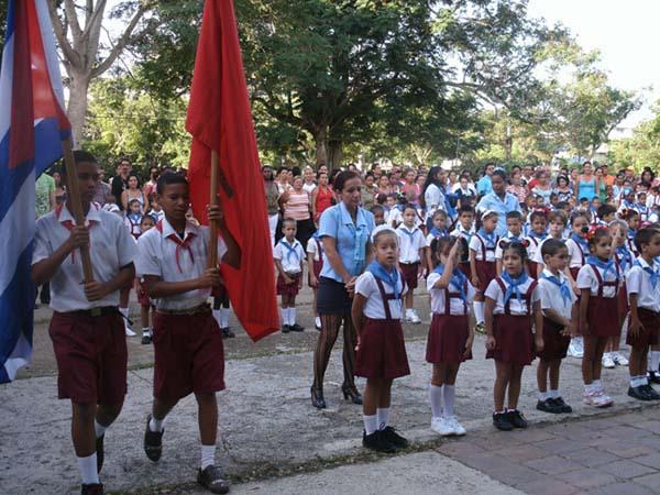 Los niños cubanos son felices en sus escuelas, sin peligro de ser masacrados