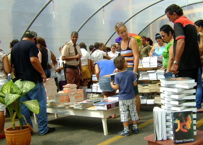 En los stand de la feria se pueden adquirir los libros de Daniel Chavarría