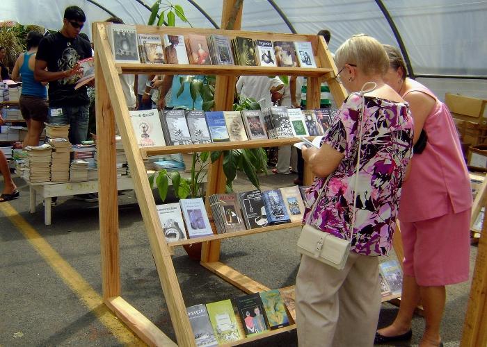 la Feria del Libro de Pinar del Río atrae a los amantes de la lectura