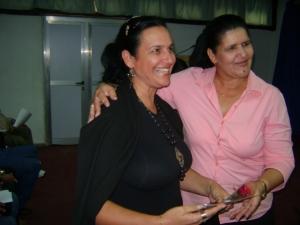 Momento en que recibo de manos de la Primera Secretaria del Partido en  Pinar del Río. Gladys Martínez Verdecía eñ premio de periodismo digital por la obra del año.