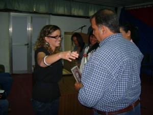 Mayra García Cardentey recibe el premio en la categoría de prensa escrita