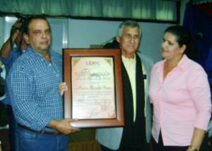 Ramón Brizuela Roque  recibe el premio por la Obra de la vida