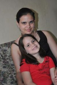 María Fernanda sonríe feliz junto a su hermana India