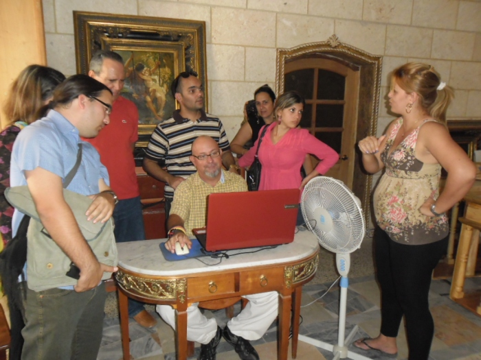 Kike, el arquitecto del proyecto explica a los visitantes los diseños que propone para su posterior ejecución