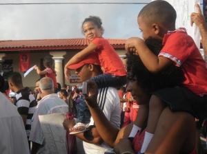 Los niños desfilan este Primero de Mayo junto a sus padres y el pueblo en general