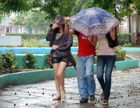 A los jóvenes no les importa la lluvia