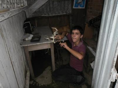 Juani mientras juega en su casa