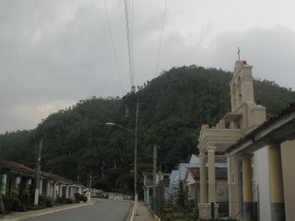 El campanario de la iglesia se ve a lo lejos