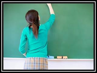 EDUCACION_Maestra en pizarron+pizarron+tiza+clases+colegio+enseñando