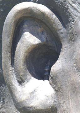 sudafricanos disgustados por conejo en la oreja de la estatua de Mandela