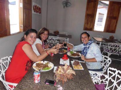Olia mi amiga y su hija Ólica me invitaron ayer a almorzar a una paladar en Pinar del Río que se llama Las mil y una noches
