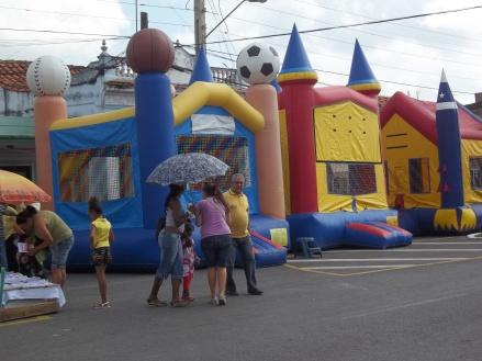 El parque inflable es uno de los atractivos para la grey infantil en la Feria