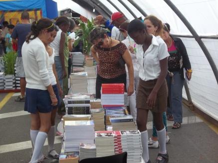 Las estudiantes visitan la Feria del Libro