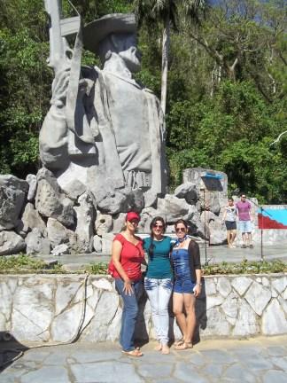Frente al Monumento de los Malagones