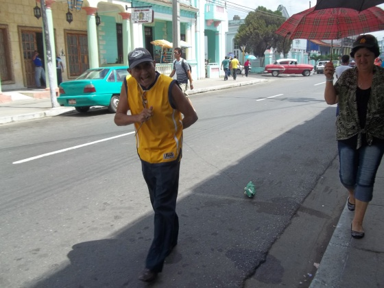 Ese seguidor de los Vegueros iba llevando a rastras su caimán