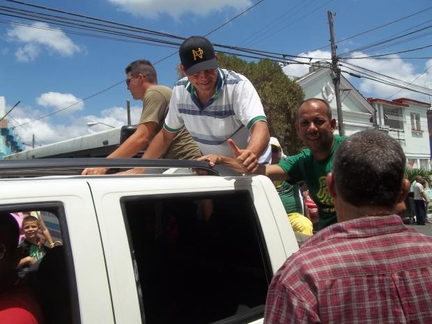 El pitcher Yosvani Torres saluda a los pinareños a su llegada