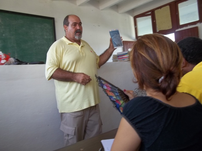 El máster Pedro Luis diserta acerca de varios libros de escriotres pianreños