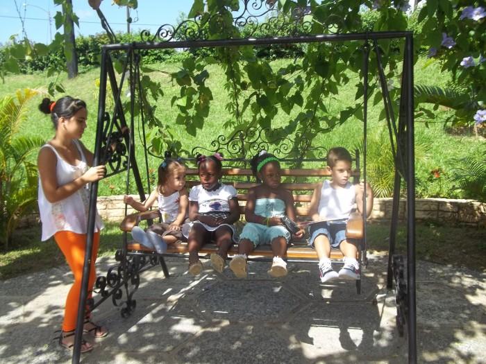 Los niños disfrutan en el parque de las esculturas