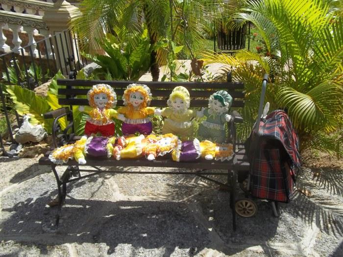 Esas muñecas de trapo las hacen artesanas de la comunidad y se venden los domingos en el parque