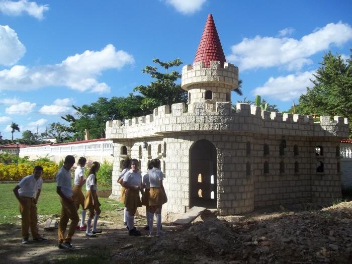 Uno de los atractivos del parque es el castillo para las palomas que aun no se ha concluido