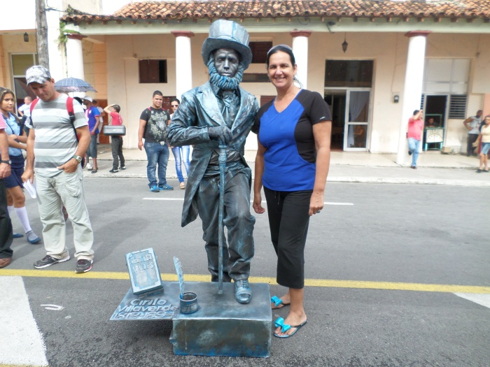 Con la estatua q representa a Cirilo Villaverde