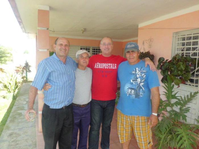 Maximito (Con una gorra azul) y un grupo de amigos
