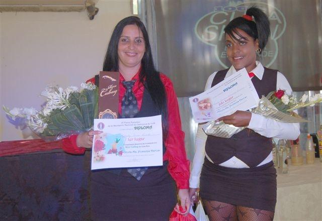 Ganadoras del primer y segundo lugar , co, el ron Cubay en evento Con sabor a mujer