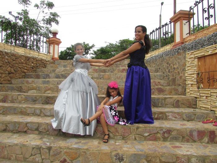 las niñas en el parque de las esculturas en Pinar del Río