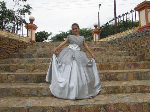 erika en el parque de las esculturas