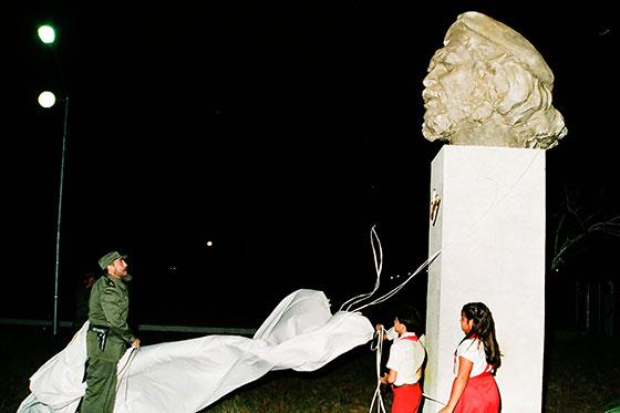 Fidel Castro Ruz devela el monumento al Che en el acto central por el XX Aniversario de su caída en combate, el 8 de Octubre de 1987, en el Combinado de Componentes Electrónicos