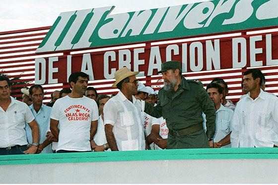 Fidel Castro Ruz, en el acto por el III Aniversario del Contingente Blas Roca Calderío, en Candelaria, Pinar del Río, 1 de octubre de 1990. Junto a él, Fidel Ramos Perera, Primer Secretario del PCC de la provincia