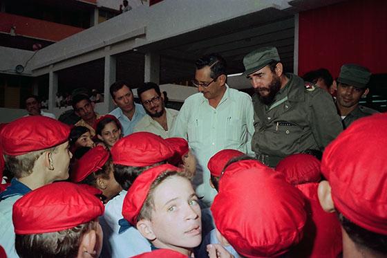 Fidel Castro Ruz durante la inauguración escuela formadora de maestros primarios, Tania la Guerrillera, el 1-09-1975. Junto a él, Jorge Risquet y Julio Camacho Aguilera