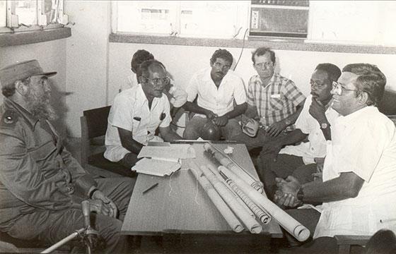 Fidel Castro Ruz, recorrido por Pinar del Río. En la foto, los doctores Julián Gárate, director provincial de Salud Pública, y Orlando Busutil, director del nuevo hospital Clínico Quirúrgico Abel Santamaría Cuadrado el 7-07-1987