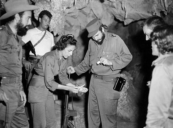 Fidel Castro Ruz en la Caverna Santo Tomás, Viñales, en agosto de 1959. Junto a él Celia Sánchez