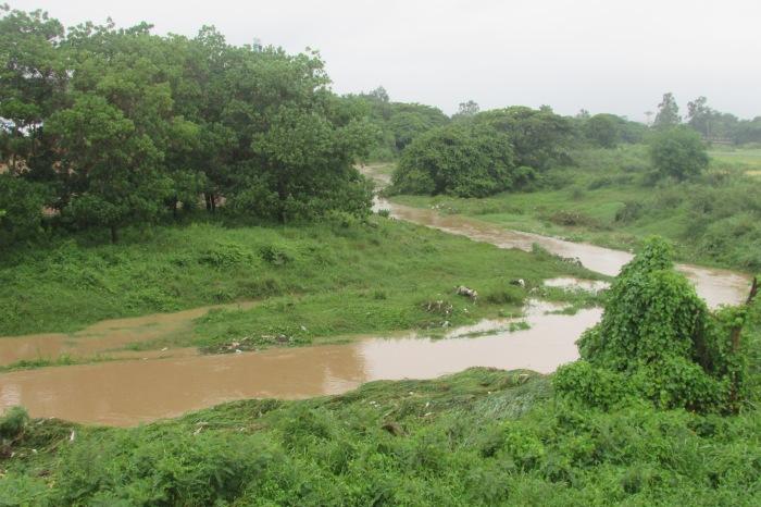 El río Gaumá en Pinar del Río después de la creciente de anoche