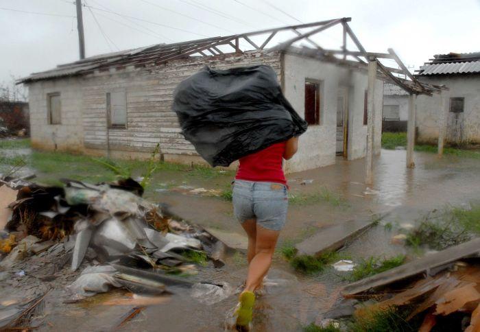 Una mujer regresa a su vivienda con el propósito de verificar los daños ocasionados por el huracán Ike el cual afecto al municipio Los Palacios en la occidental provincia de Pinar del Río, el 09 de Septiembre de 2008.AIN FOTO/Jorge Luis BAÑOS HERNANDEZ